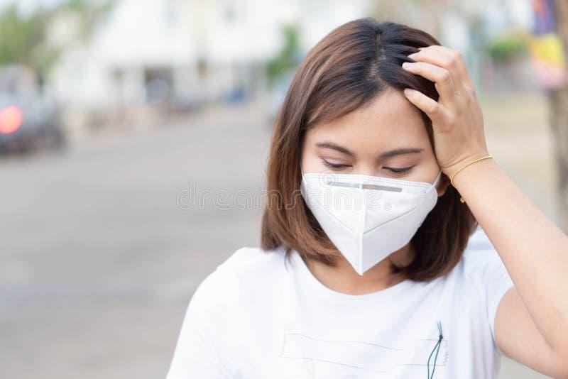 Zbliżenie kobieta jest ubranym twarzy maskę dla gacenia zanieczyszczenie powietrza, opieki zdrowotnej i medycznego pojęcia, zdjęcia royalty free