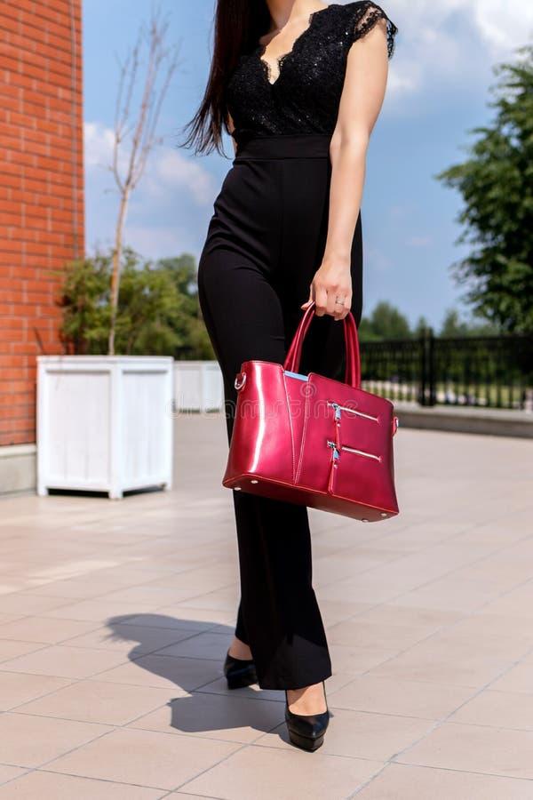 Zbliżenie kobieta z elegancką torebką outdoors Moda modela poj?cie Uliczna moda zdjęcie stock