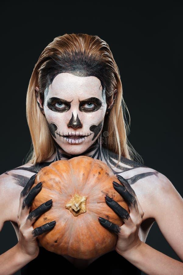 Zbliżenie kobieta z gothic zredukowaną makeup mienia banią obraz stock