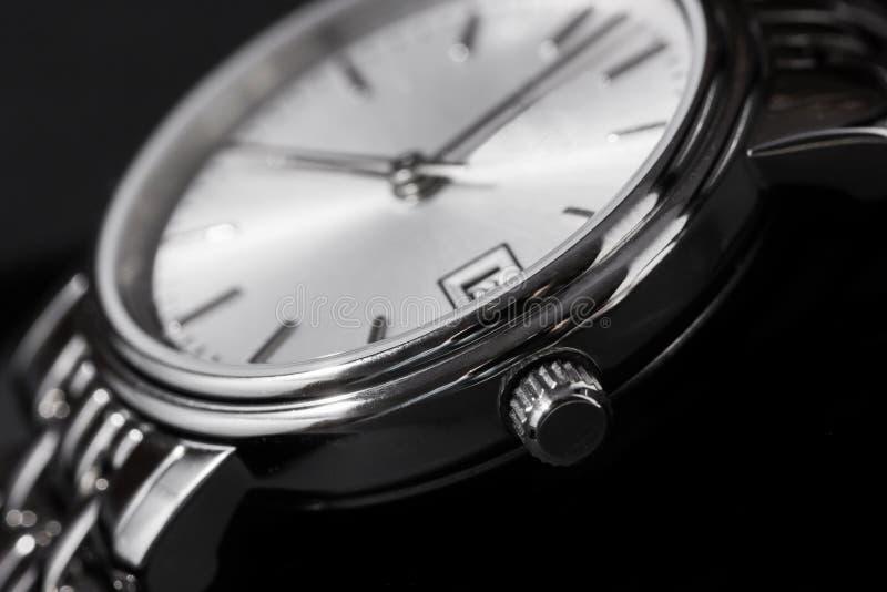 Zbliżenie kobieta zegarek na czarnym tle fotografia royalty free
