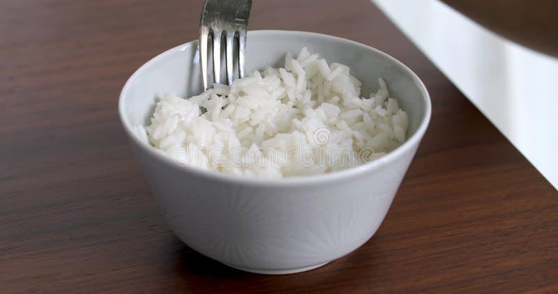 Zbliżenie kobiety łasowania ryż od pucharu zdjęcia royalty free