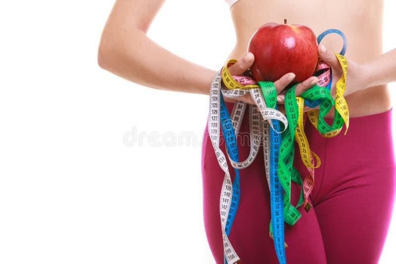 Zbliżenie kobiety mienia taśmy i jabłka miary obraz royalty free
