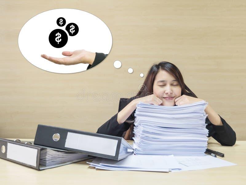 Zbliżenie kobiety pracującej szczęśliwy dosypianie z szczęśliwą twarzą po tym jak kończy jej dobrego sen i pracę otrzymywać pieni zdjęcie stock