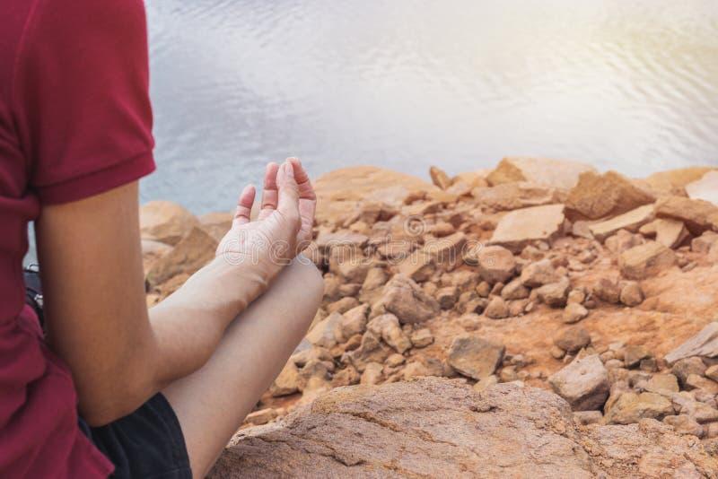 Zbliżenie kobiety praktyki joga w natury tle zdjęcia stock