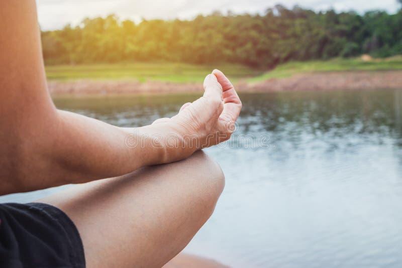 Zbliżenie kobiety praktyki joga w natury tle fotografia stock