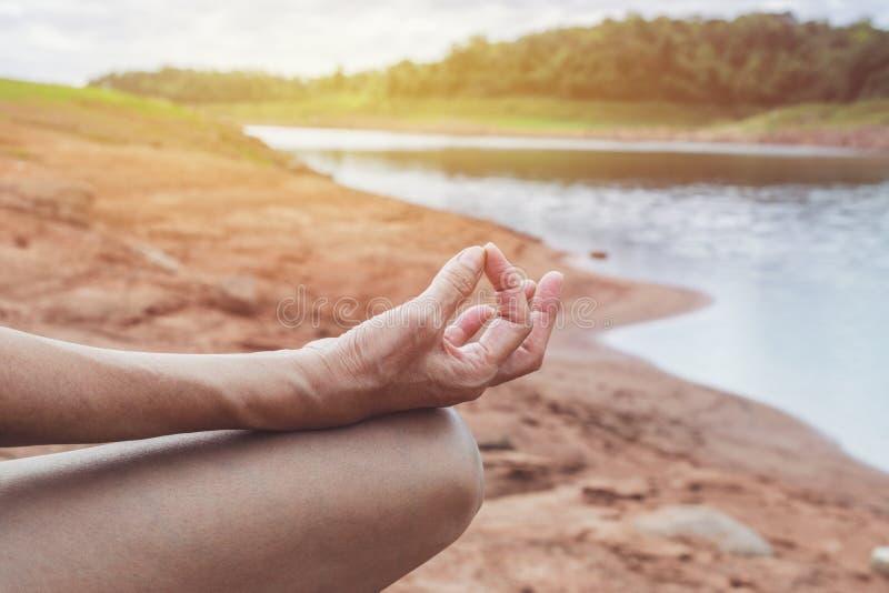 Zbliżenie kobiety praktyki joga w natury tle zdjęcie stock