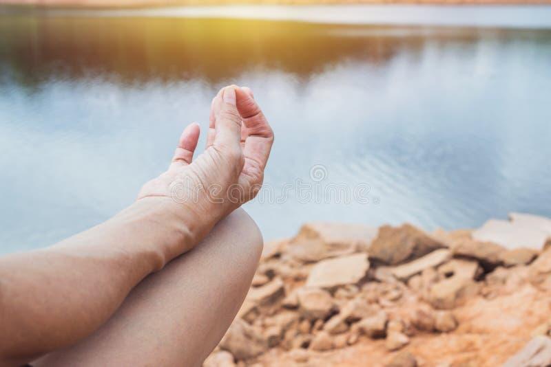 Zbliżenie kobiety praktyki joga w natury tle fotografia royalty free