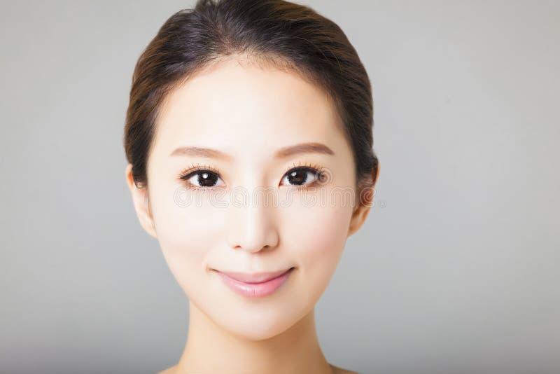 Zbliżenie kobiety uśmiechnięta młoda piękna twarz zdjęcia stock
