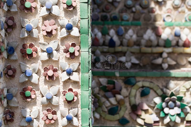 Zbliżenie kolorowe płytki na ścianach Szmaragdowa Buddha świątynia w Bangkok, Tajlandia zdjęcia stock