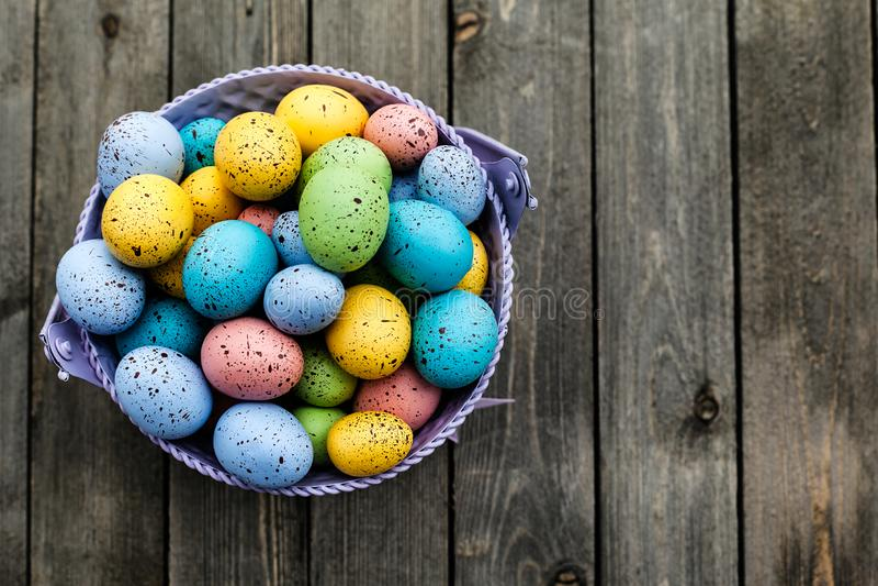 Zbliżenie kolorowi Easter jajka zbierał w wiadrze, sezonu wakacje pojęcie zdjęcie royalty free