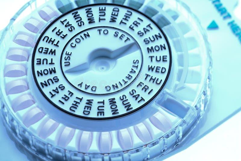 Zbliżenie kontrola urodzin pigułki aptekarka pokazuje dzień tygodnia zdjęcie stock
