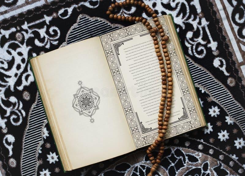 Zbliżenie koran na podłoga obrazy stock