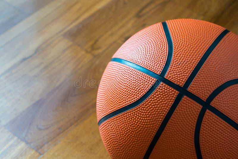 Zbliżenie koszykówka na Dworskiej podłoga zdjęcie stock