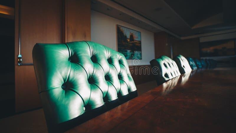 Zbliżenie krzesła w banku inwestycyjnym z obrazkami na ścianie w San Francisco, CA obraz royalty free