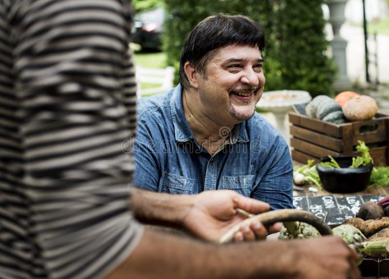 Zbliżenie latynoski mężczyzna z rolnym świeżym organicznie warzywem obraz royalty free