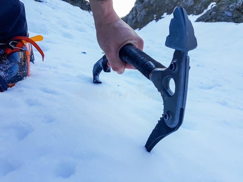 Zbliżenie lodowa cioska na stromym skłonie zdjęcie stock
