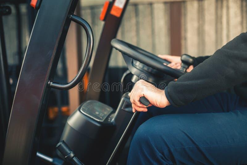 Zbliżenie mężczyzna jedzie rzetelnego ciężkiej ciężarówki ładowacza obrazy stock