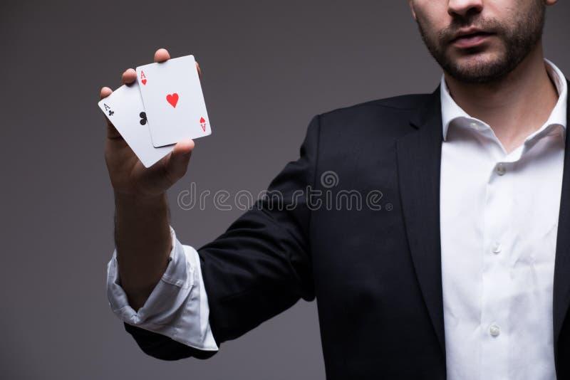 Zbliżenie mężczyzna magik z dwa karta do gry w jego ręka fotografia royalty free