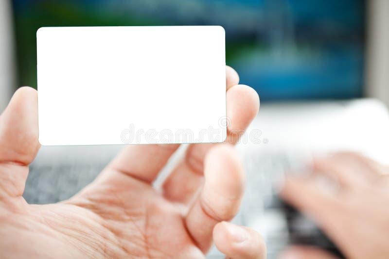 Zbliżenie mężczyzna robi zakupy online używać laptop zdjęcie royalty free