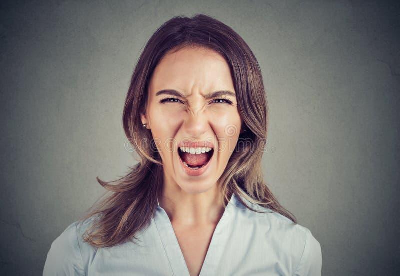 Zbliżenie młoda kobieta krzyczy przy kamerą obraz stock