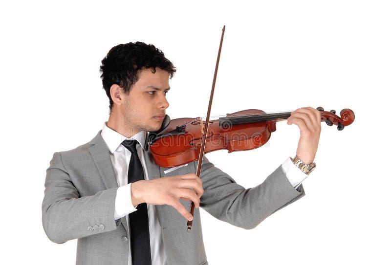 Zbliżenie młodego mężczyzny grającego na skrzypcach zdjęcie royalty free