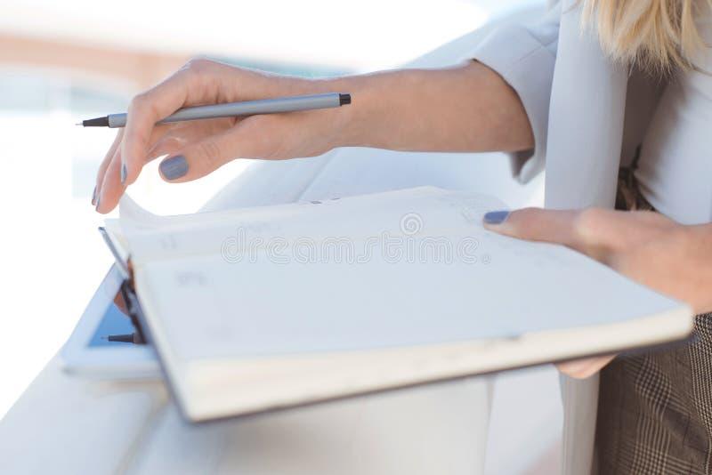 Zbliżenie młody blond bizneswoman bierze notatki zdjęcia stock