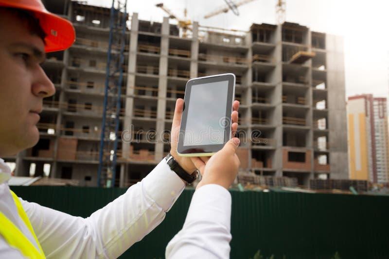 Zbliżenie młody budowa inżynier na placu budowy używać di obrazy royalty free