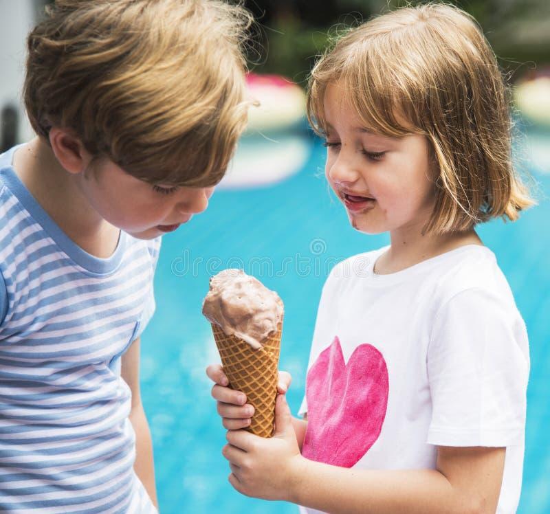 Zbliżenie młody caucasian rodzeństwa udzielenia lody wpólnie obrazy royalty free