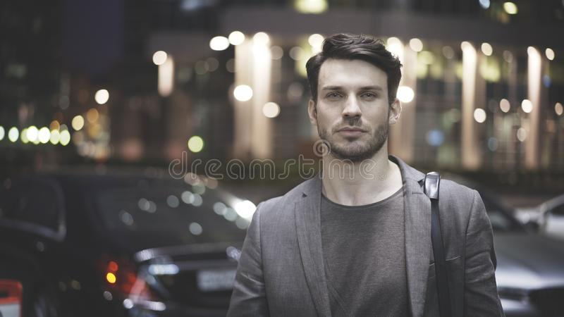 Zbliżenie młody człowiek na ulicie przy nocą zdjęcia royalty free