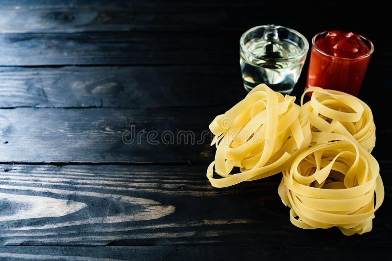 Zbliżenie makaronu i pomidorowego kumberlandu czerni drewno zdjęcia stock