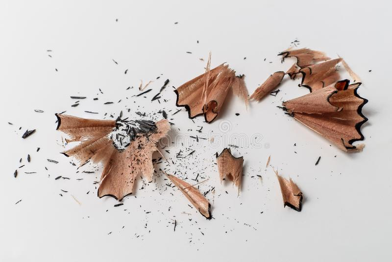 Zbliżenie makro- szczegół ołówkowej ostrzarki zawijasa drewniani golenia na bielu - pojęcie edukacja szkolna, uczenie, uczeń, stu obraz stock