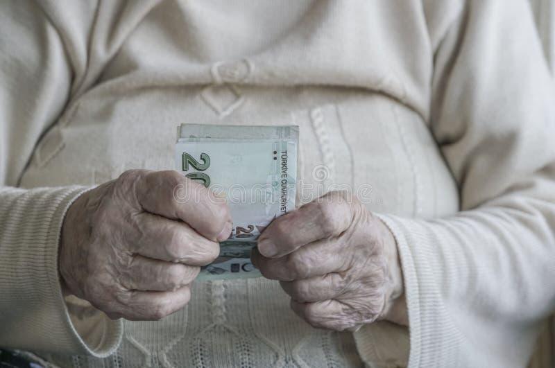 Zbliżenie marszcząca ręka trzyma tureckiego lira banknoty fotografia royalty free