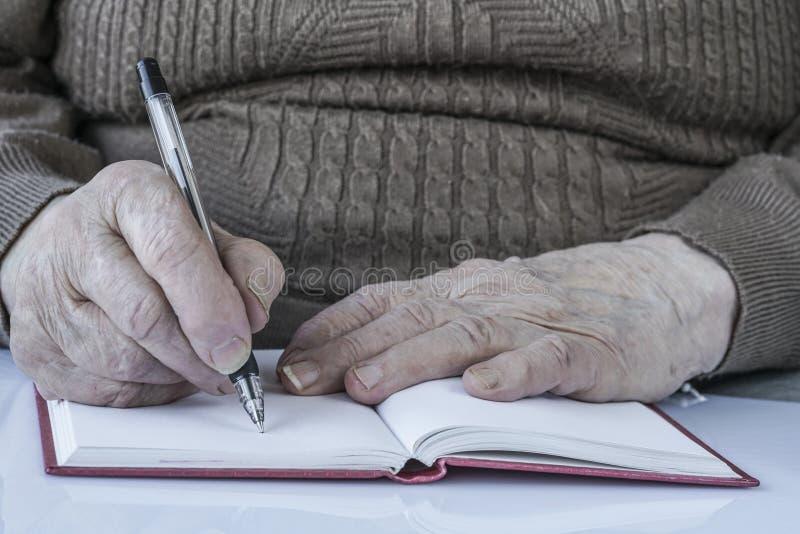 Zbliżenie marszczyć ręki osoby writing zdjęcia royalty free