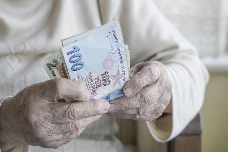 Zbliżenie marszczyć ręki trzyma tureckiego lira banknoty obrazy royalty free