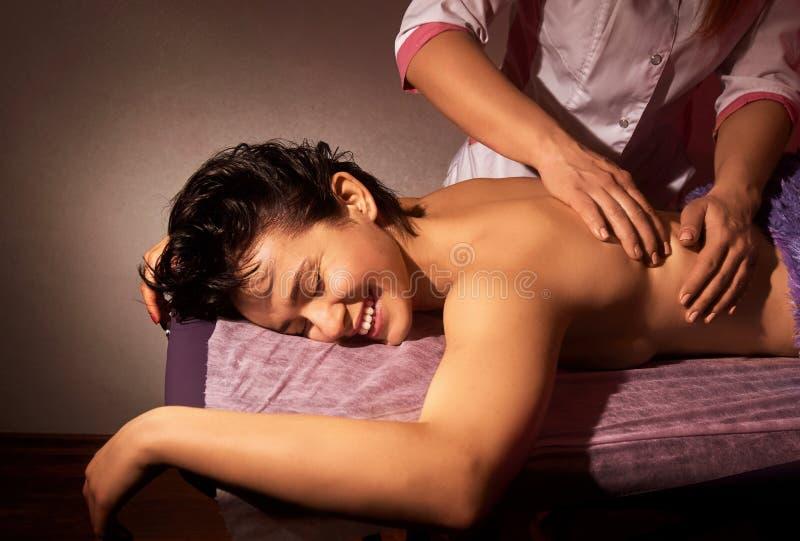 Zbliżenie masaż na różowym tle tylne masaż Zdroju salon Zdroju ciała masażu traktowanie obraz royalty free