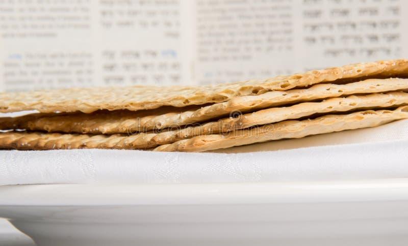 Zbliżenie Matzah na talerzu obraz royalty free