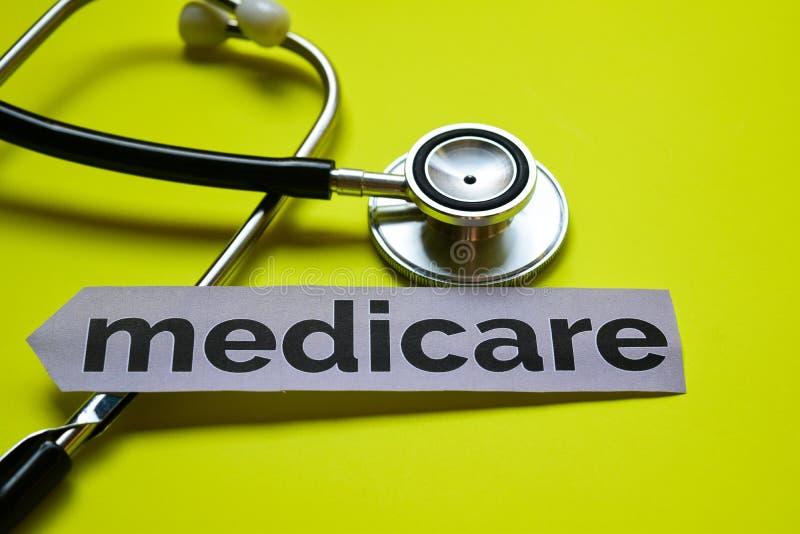 Zbliżenie Medicare z stetoskopu pojęcia inspiracją na żółtym tle obrazy stock