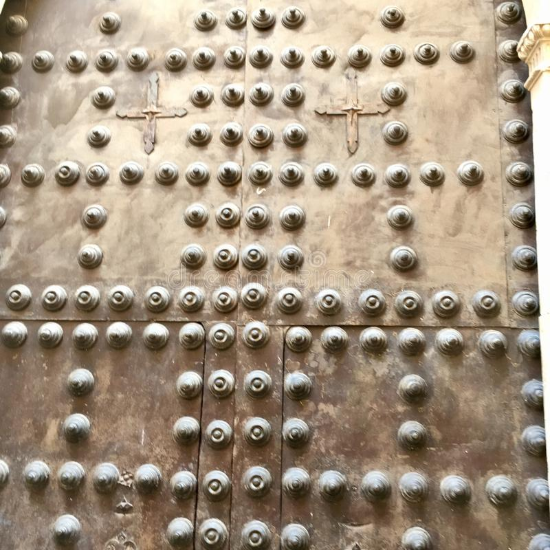Zbliżenie metal nabijający ćwiekami drzwi obrazy royalty free
