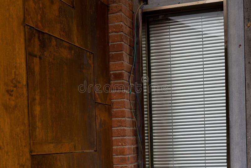 Zbliżenie metal story i ściana zdjęcie royalty free