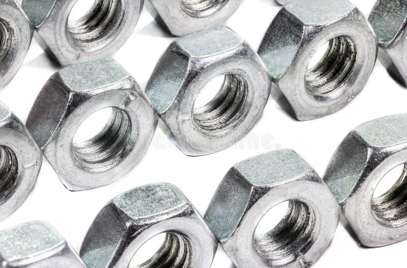 Zbliżenie metalu śruba i dokrętki na białym tle (rygiel) zdjęcia stock