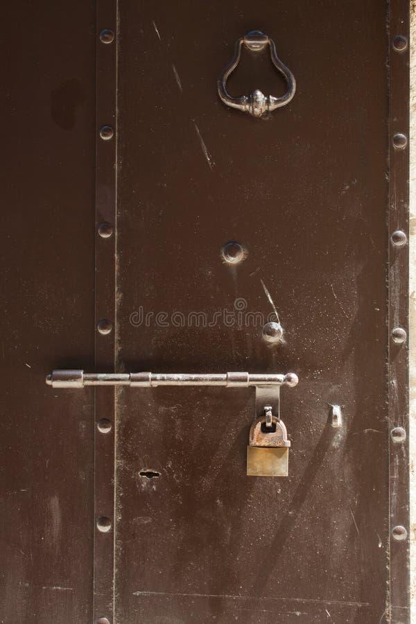 Zbliżenie metalu drzwi z kędziorkiem w grungy stylu i dobrej teksturze zdjęcie stock