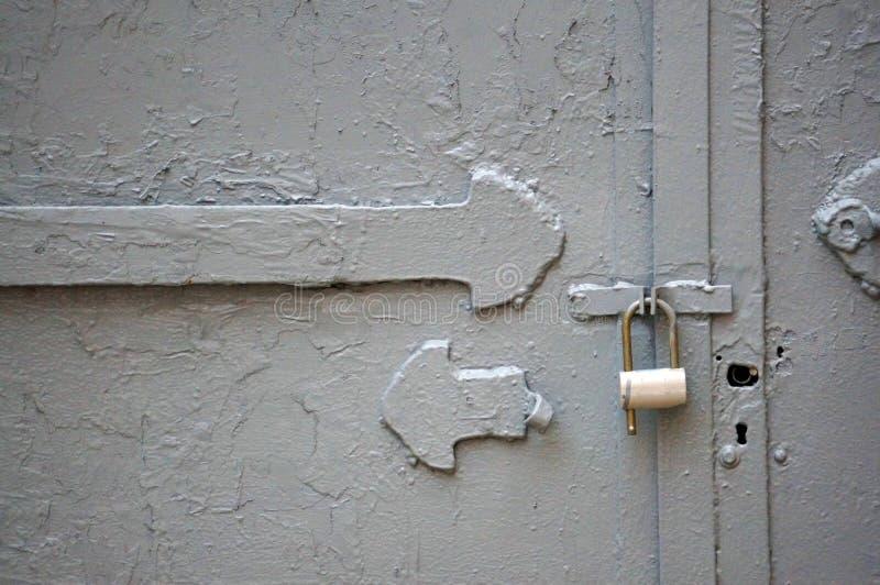Zbliżenie metalu drzwi z kędziorkiem w minimalizm sztuki stylowej i dobrej teksturze obraz royalty free