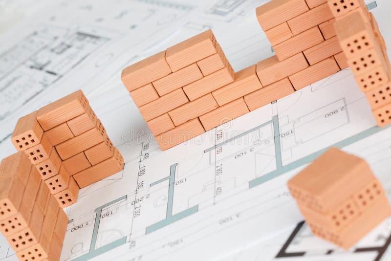 Zbliżenie modela domu budowa z cegłą obraz stock