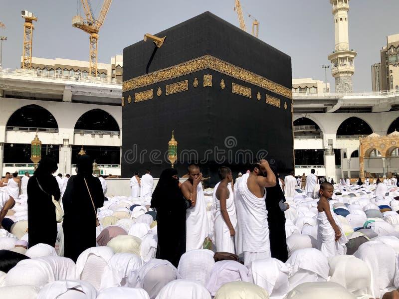 Zbliżenie Muzułmańscy pielgrzymi wykonuje Tawaf podczas Umra zdjęcia royalty free