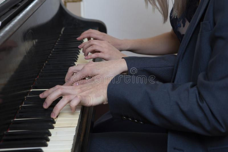 Zbliżenie muzyk wręcza bawić się pianino na fortepianowej klawiaturze zdjęcie stock