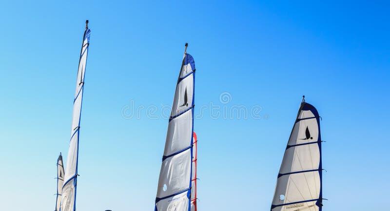Zbliżenie na żaglach piaska jacht na niebieskim niebie obraz stock
