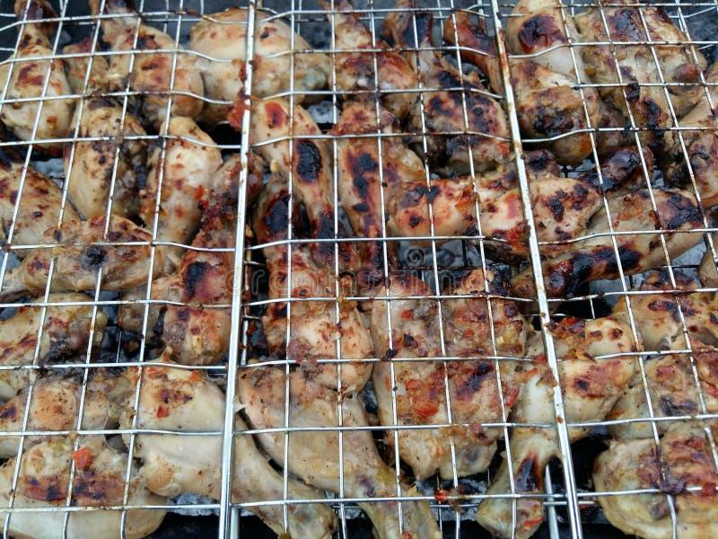 Zbliżenie na BBQ i kurczaków skrzydła i kebabs zdjęcie royalty free