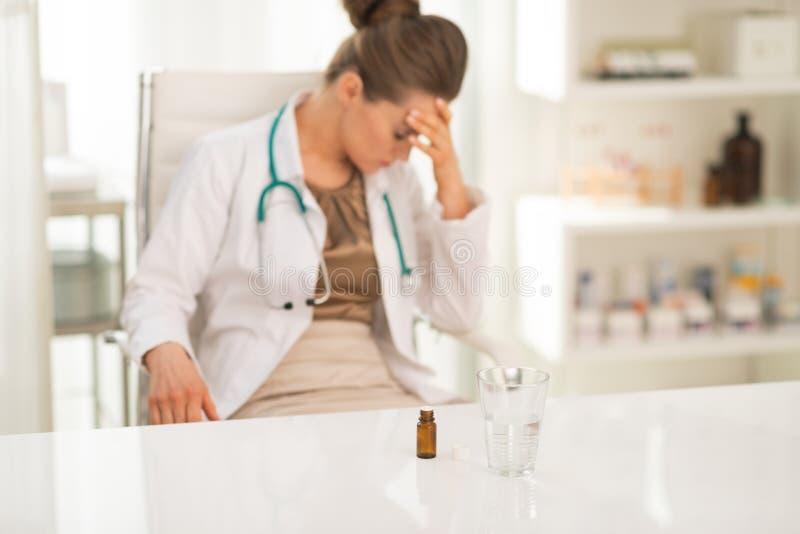 Zbliżenie na calmative i szkło stresującej się lekarce zdjęcie stock