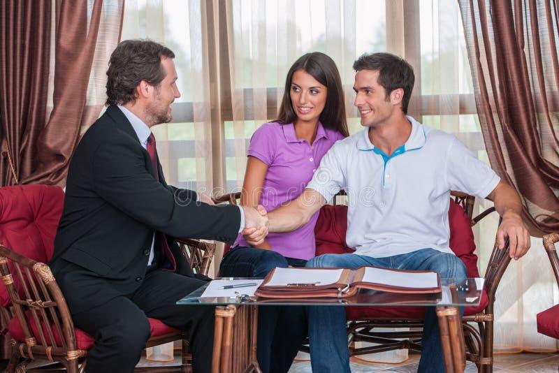 Zbliżenie na dwa mężczyzna handshaking podpisująca zgoda obrazy royalty free