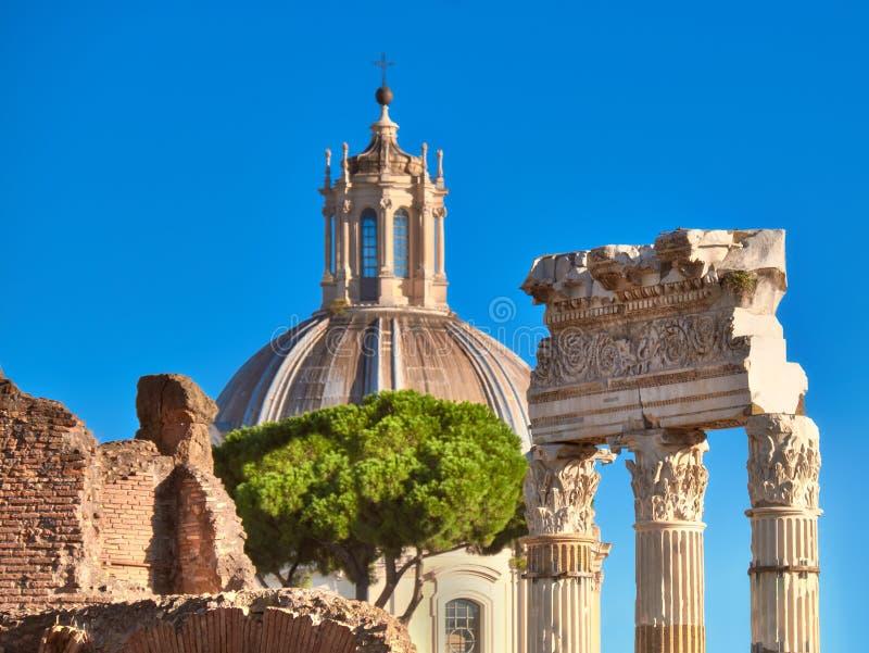 Zbliżenie na kolumnach Romański forum z kościelnym cupola w Rzym, Ja obrazy stock